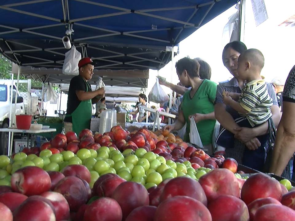 farmers market apples red green